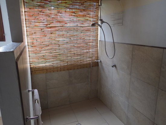 Hideaway Island Resort & Marine Sanctuary: Huge Shower