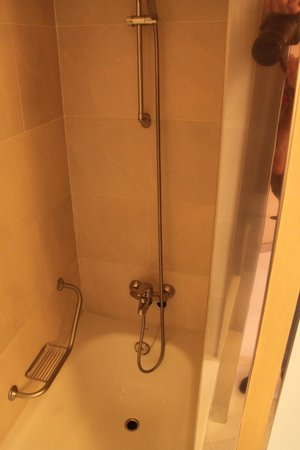 NH Hesperia Barcelona Presidente: Shower/Bath