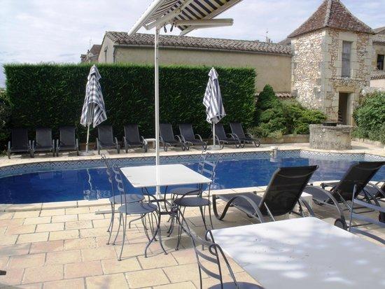 Hotel-Restaurant Edward 1er : Pool & terrace