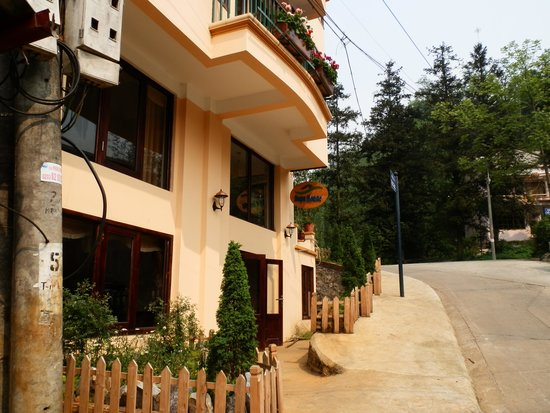 Sapa House Hotel: Out the front