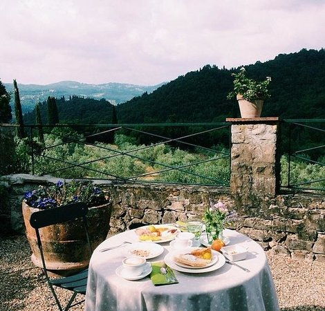 Villa Di Campolungo Agriturismo: Soaking in the view while enjoying our breakfast