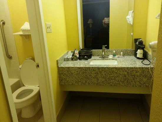 Days Inn Little Rock/Medical Center: Dressing room sink and mirror with good sized countertop.