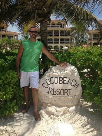 Coco Beach Resort : The rock when entering the resort
