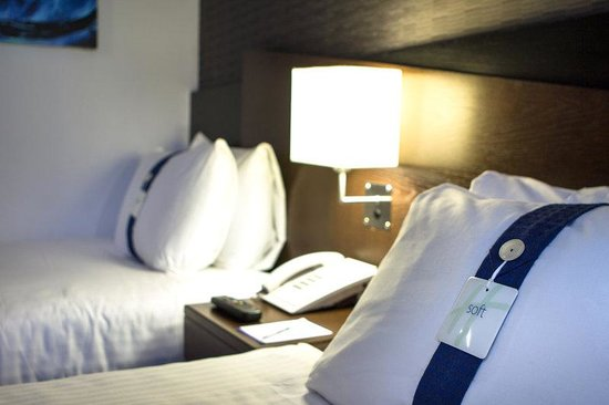 Holiday Inn Express London Royal Docks - Docklands: Firm and soft pillows, your choice!