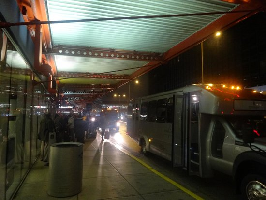 Hilton Rosemont / Chicago O'Hare: Catching a shuttle from the terminal is difficult.