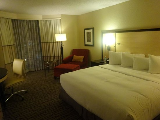 Hilton Rosemont / Chicago O'Hare: A room with a king size bed
