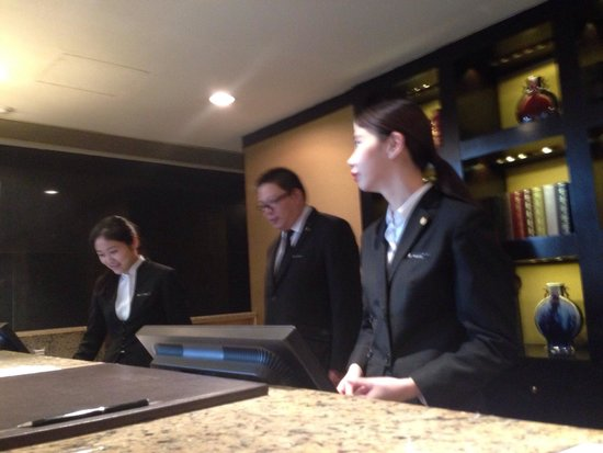 InterContinental Shanghai Pudong: Front desk counter while checking out, staffs were busy talking instead of taking care of guests