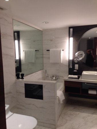 InterContinental Shanghai Pudong: Spacious bathroom