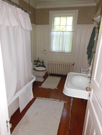 Overlook Bed & Breakfast: Bathroom
