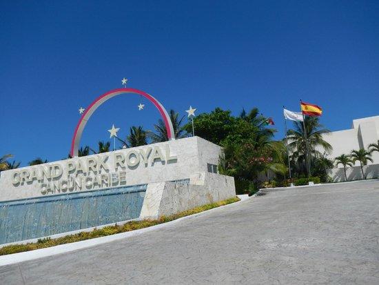 Grand Park Royal Cancun Caribe: Front entrance