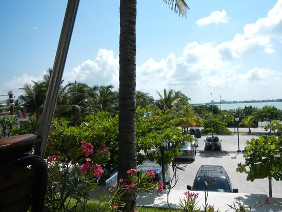 Grand Park Royal Cancun Caribe: View from buffett area