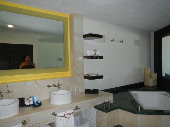 Grand Park Royal Cancun Caribe: Jacuzzi tub