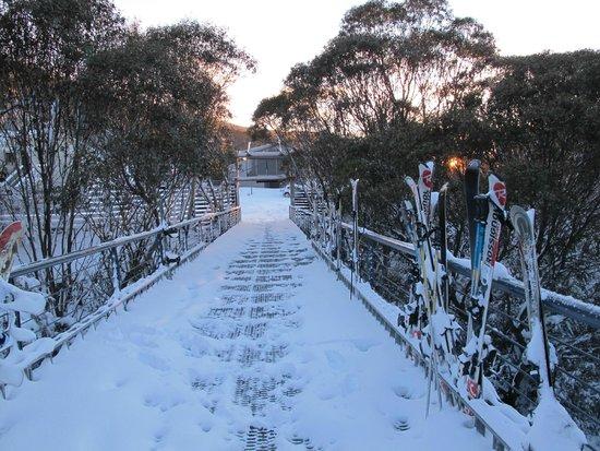 River Inn Resort: Walkway to hub of skiing activities