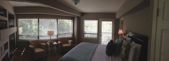 The Inn Above Oak Creek: Corner room with muted relaxing color tones.