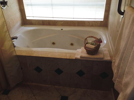 The Inn Above Oak Creek : Two-person Jacuzzi.
