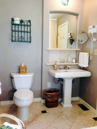The Inn Above Oak Creek: Nice bath facilities.