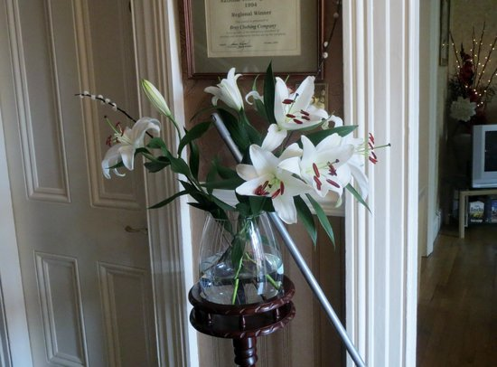 Donnybrook Hall Hotel: Fresh flowers in the entry