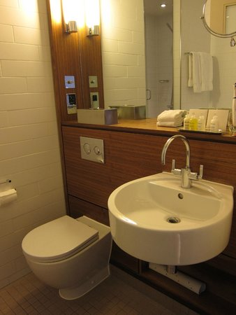 Apex City of London Hotel: bathroom is clean