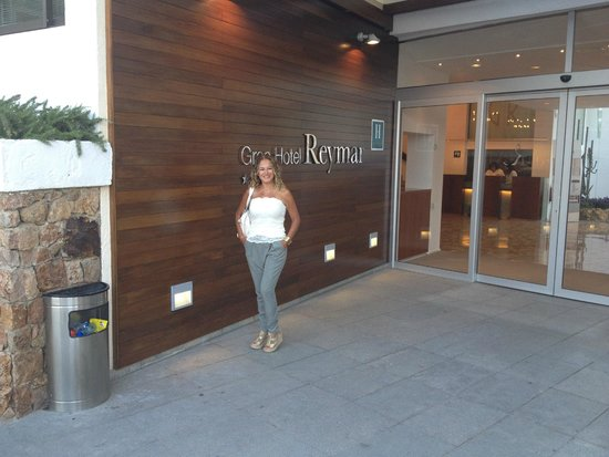 Premier Gran Hotel Reymar & Spa : Outside the hotel lobby