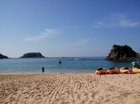 Dreams Huatulco Resort & Spa : La playa del hotel y los kayaks gratuitos