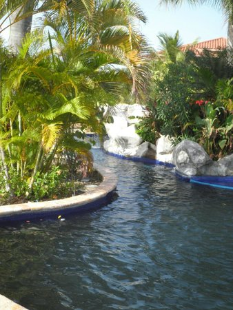 Parrot Tree Beach Resort: Middle section of the pool