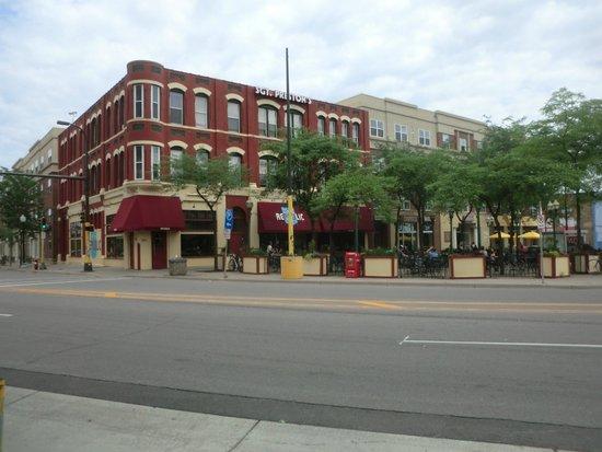 Courtyard Minneapolis Downtown: SGT. PRESTON'S SPORTS BAR / RESTAURANT ACROSS THE STREET