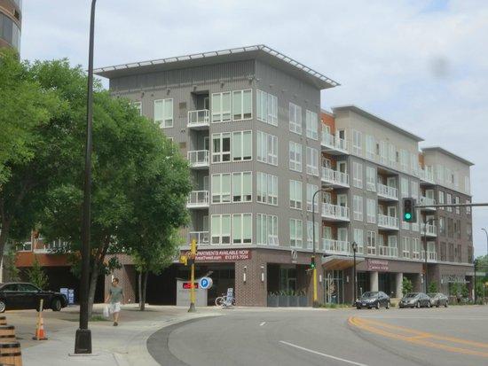 Courtyard Minneapolis Downtown: APARTMENTS NEXT TO HOTEL
