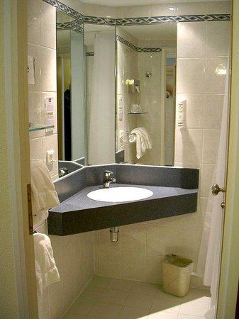 Holiday Inn Express Grenoble - Bernin : Bathroom Amenities