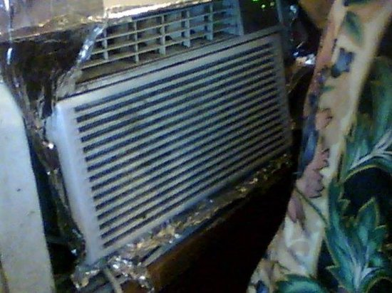 Ocala Inn: horrible air conditioner that offers easy access for crimnals