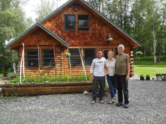 Fireweed Station Inn : Us with our hosts