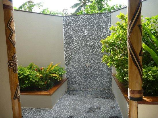 Blue Lagoon Beach Resort: Outdoor shower in Garden Villa