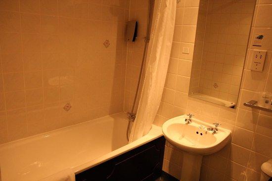 Best Western Plus Dover Marina Hotel & Spa: bathroom is clean