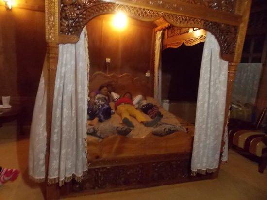 Wangnoo Sheraton Group of Houseboats: what a bed