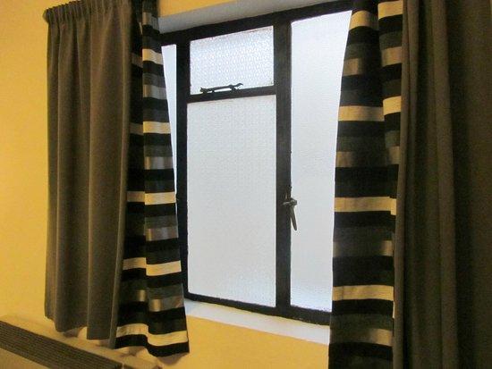 Sliema Marina Hotel : Finestra in ferro non isolante