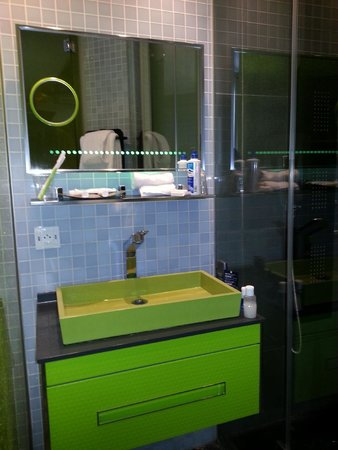 Hotel Sublim Eiffel : Sink and Shower