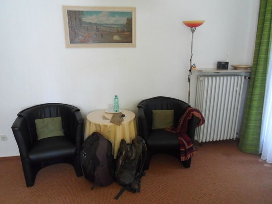 Hotel Schuchmann: Lounging area in the room
