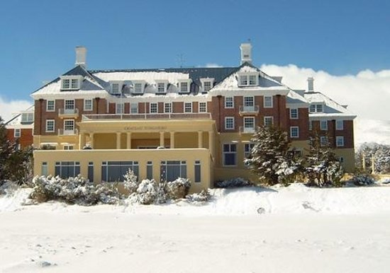 Chateau Tongariro Hotel: Chateau after the snow fall