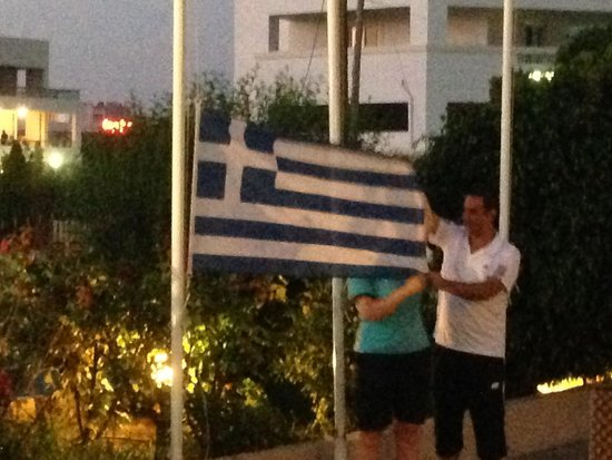 Bahamas Hotel: Making sure the Rep remembers what the Greek National Flag looks like