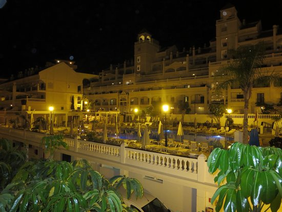 Hollywood Mirage Tenerife: Main Pool at night