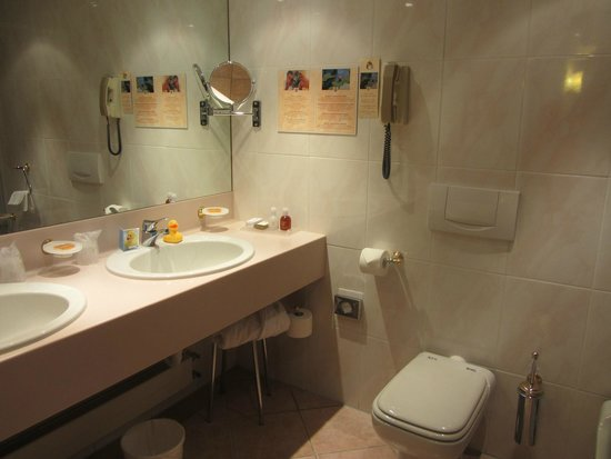 Lugano Dante Center Swiss Quality Hotel : Attractive and modern bathroom