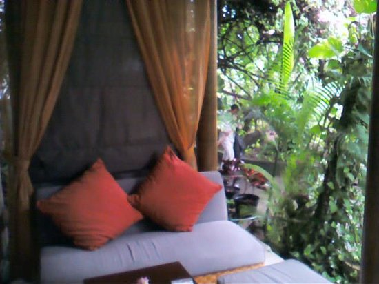 Kuta Seaview Boutique Resort & Spa: Outdoor seating on porch