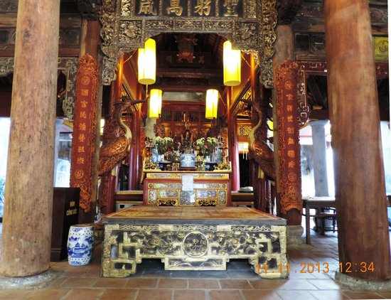 Casa Antigua: Shrine at the Dinh Kim Ngyan communal house