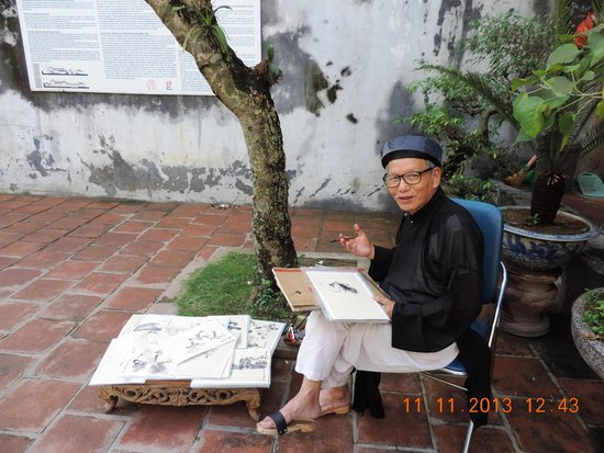 Casa Antigua: An artist draws in the verandah of the Dinh Kim Ngyan communal house