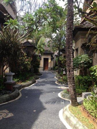 Puri Dewa Bharata Hotel & Villas: Walkway