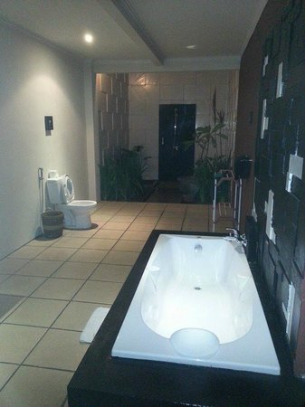Bali Swiss Villa : Huge bathroom