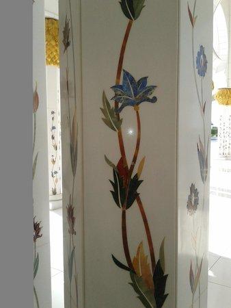 Mosquée Cheikh Zayed : Как потрясно вырезали цветы в мраморе!!!