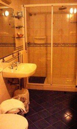 Hotel Aurora: バスルームはとても清潔でかわいいつくりです。