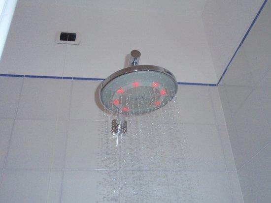 Hotel Aurora: こんなシャワー初めて見ました!お湯の温度で色が変わります。
