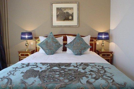 Ambassade Hotel: Guest Room