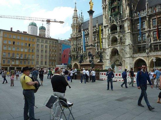 Marienplatz: Mary Statue and Newes Rathouse.